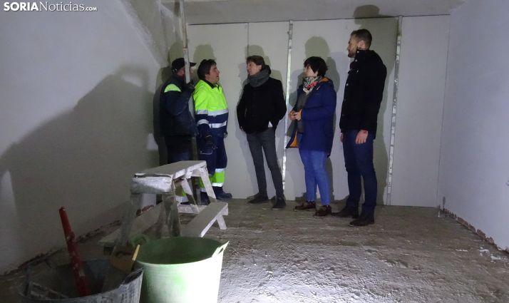 El alcalde (ctro.) con sus dos concejales y operarios de las obras. /SN