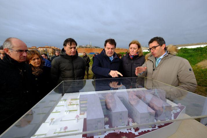 Mañueco visita las obras de la residencia Puente Ladrillo