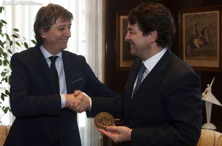 Mínguez y Mañueco durante su reunión en el Ayuntamiento de Soria.