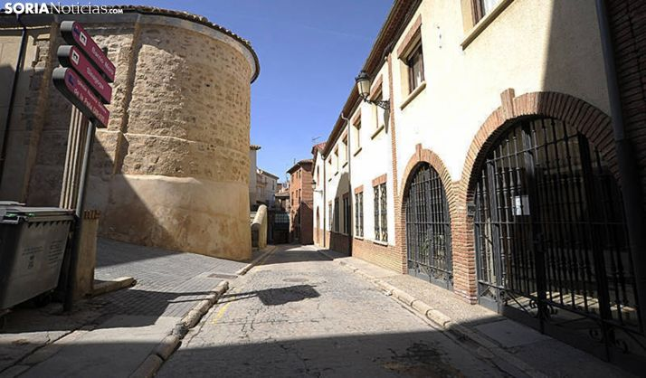 Una imagen del edificio (dcha.) frente al ábside de la antigua sinagoga. /SN