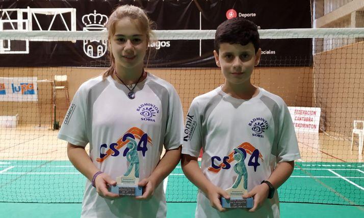 Daniela Corchón y Adrián Díez, con sus trofeos en Liencres.