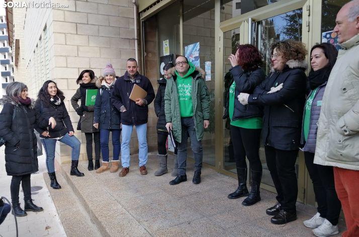 Representantes sindicales concentrados ante la Delegación de Educación este lunes. /SN
