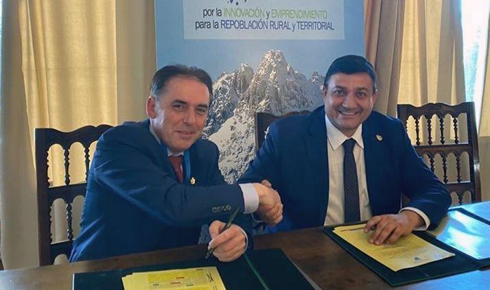 El presidente de la Diputación de Soria (izda.) junto a su homólogo de la institución abulense. /Dip.