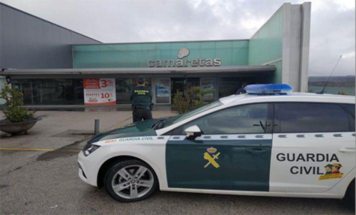 Una dotación de la Guardia Civil en el centro comercial donde fueron denunciados los hechos.