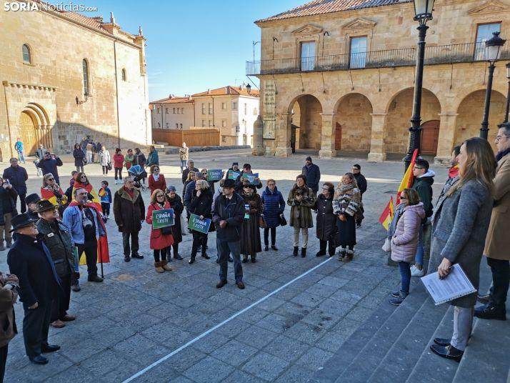 Foto 2 - Medio centenar, en la concentración de este mediodía 'Por un Gobieno que respete la Constitución y la Soberanía'