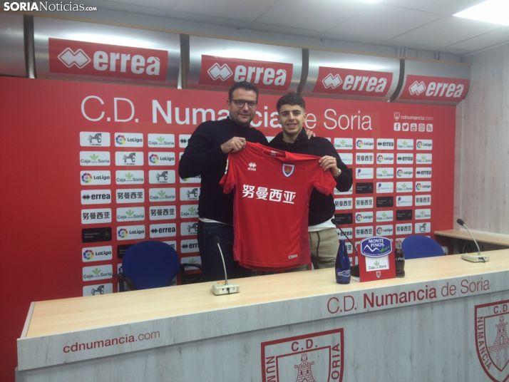 César Palacios, director deportivo, y Álvaro Aguado, nuevo jugador del Numancia