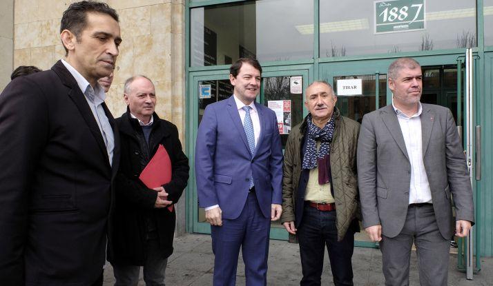 El presidente, junto a líderes sindicales en la jornada sobre la Cátedra sobre Sindicalismo. /Jta.