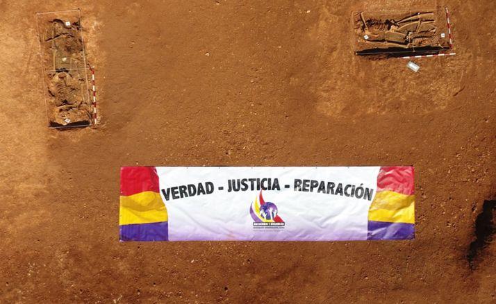 Vista aérea de las dos fosas comunes abiertas en La Riba de Escalote. /ASRD