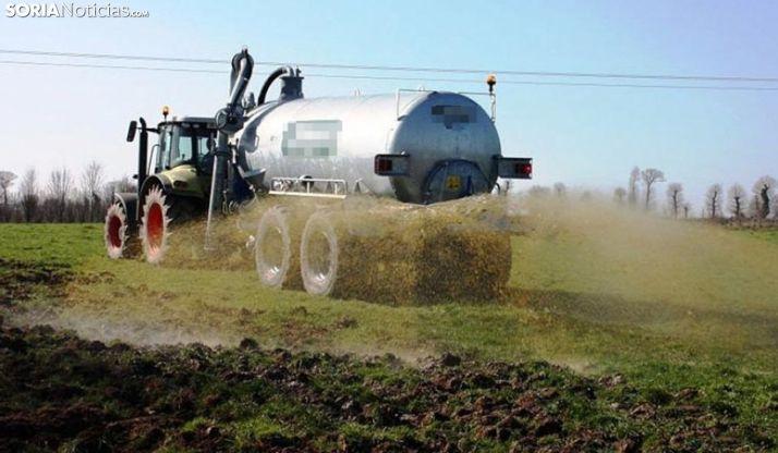 Foto 1 - Reclaman la entrada en vigor de la prohibición de aplicar purines mediante plato o abanico sobre superficies agrarias