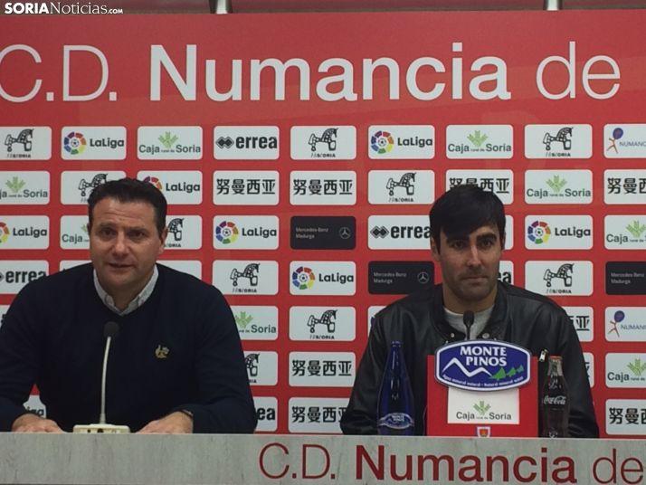 Alberto Escassi,jugador del Numancia junto a César Palacios, director deportivo del club