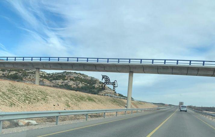 El caballito de Soria cabalga sobre (uno de los tramos acabados de) la Autovía del Duero