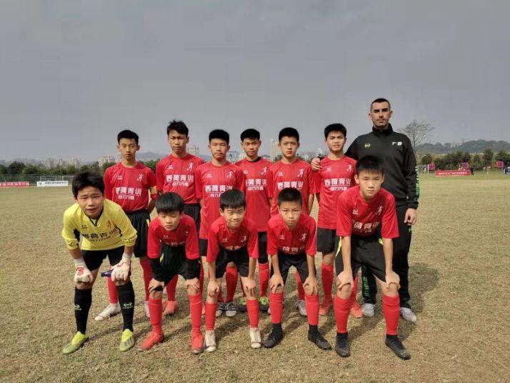 Yonathan Lamy junto a su equipo de fútbol.