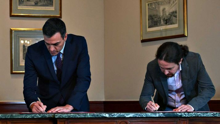 Sánchez e Iglesias firman su acuerdo.