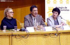 Pascual Fernández entre Blanca García (decana de Empresariales, izda.) y Mercedes Cira (presidenta de CEMAD en Soria). /SN