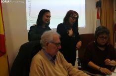 Silvia Aceña, (izda.) con miembros de la agrupación este viernes. /SN