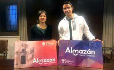 Teresa Ágreda y Enrique Fernández, con los diseños de la nueva tarjeta. /AA