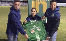 Arancha Aldea, mostrando la elástica del CD San José. /CDSJ