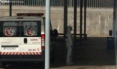 Un operario del Sacyl este mediodía en el Santa Bárbara. /SN