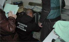Agentes del SEPRONA durante el registro en el domicilio donde se elaboraba el producto.
