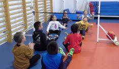 Escolares en un colegio practicando deporte al modo que lo haría una persona con discapacidad física.