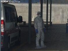 Un profesional del SACyL a la entrada del Santa Bárbara.