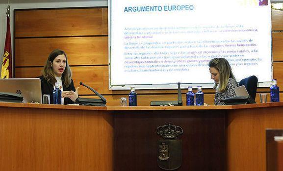 Bianchi, (izda.) en su intervención en la sede parlamentaria de Castilla-La Mancha. /FOES