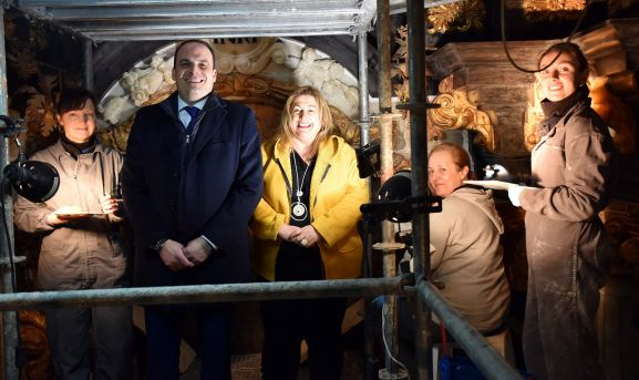 La delegada (ctro.) junto al alcalde y el equipo de restauración. /Jta.