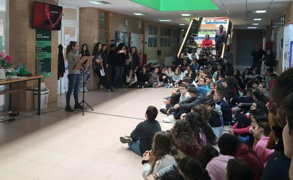 Una actividad escolar en los pasillos del centro educativo.