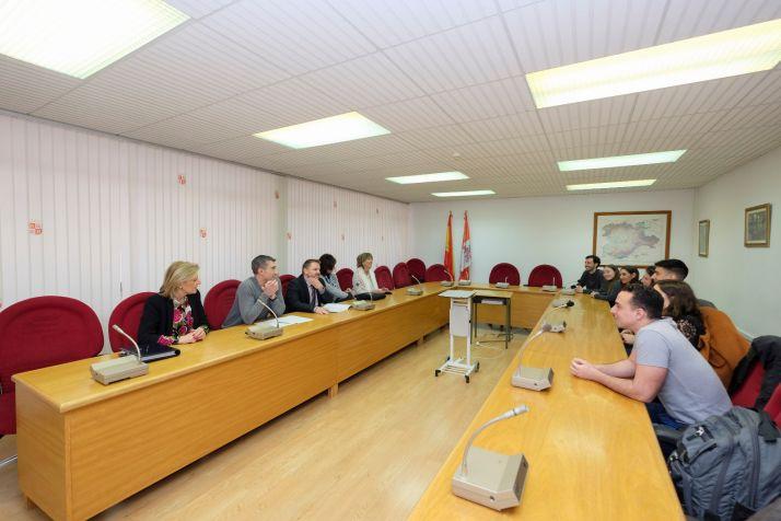 Reunión de Carlos Aguilar con becarios