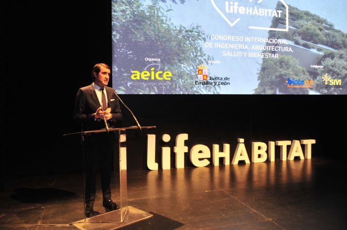 El consejero de Fomento y Medio Ambiente, Juan Carlos Suárez-Quiñones en el Congreso Life Hábitat