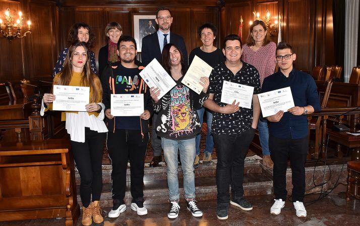 Alumnos y responsables institucionales en la entrega de diplomas. /Jta.