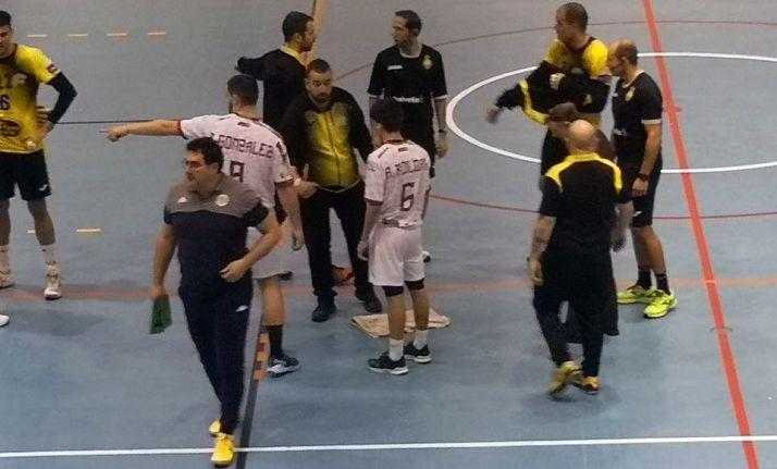 Momento en el que se interrumpía el choque del BM Soria contra el Ademar de León por las goteras el pasado día 19. /BM Soria