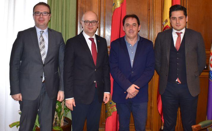 La delegación turca con el presidente de la Diputación. /SN