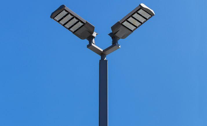 Una farola de alumbrado público con tecnología led.