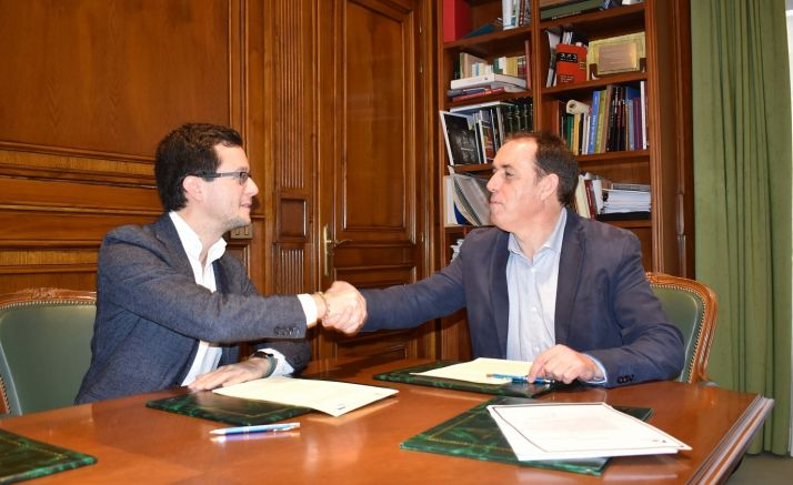 Tomás Cabezón y Benito Serrano rubrican el convenio.