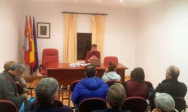 El alcalde, Juan Carlos García, en una reunión con los vecinos. /AF