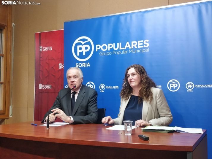 Los concejales populares Delgado y Remacha en rueda de prensa