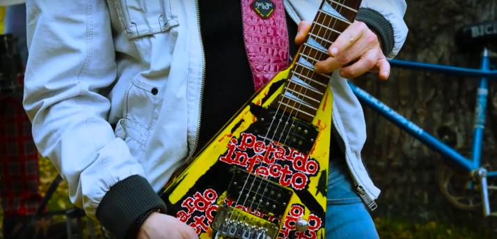Fotograma del videoclip de 'Jueves Lardero'.