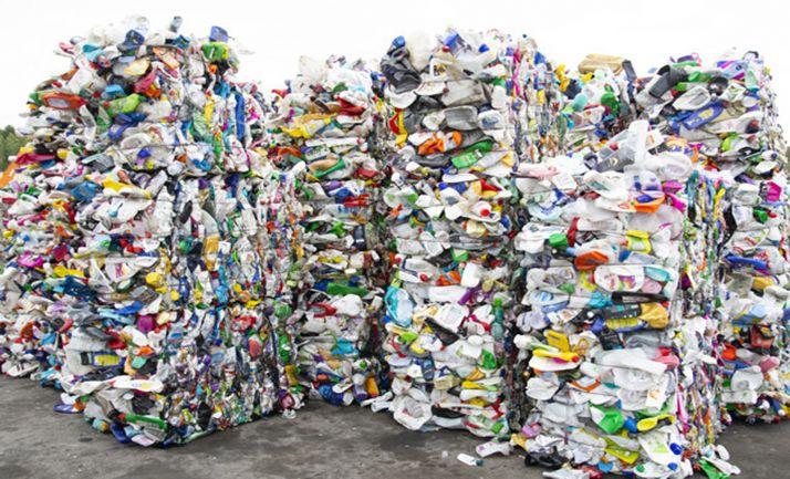 Envases de plástico extrusionados tras la recogida selectiva.