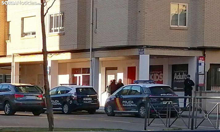 Dos dotaciones del CNP esta mañana en las puertas de la academia. /SN