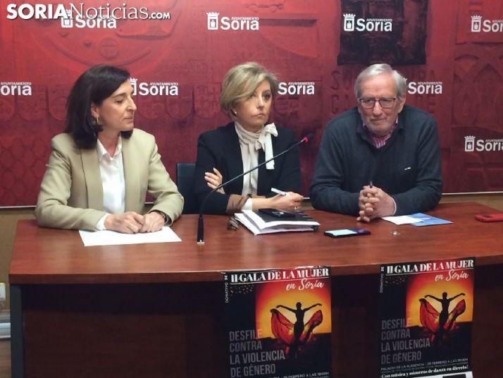 Jesús Bárez, concejal de cultura junto a las responsables de Sol, Moda y Complementos.