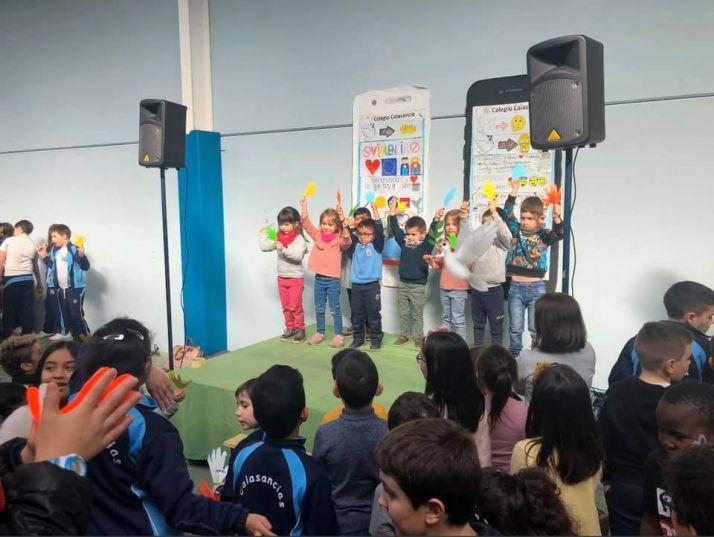 Akumnos del colegio Calasancio de Almazán en el Día de la Paz