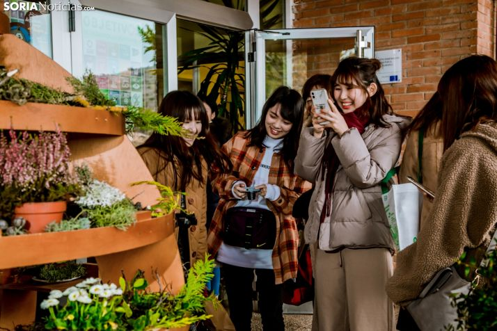 Las estudiantes niponas no se fueron de Soria sin probar el torrezno./Carmen De Vicente