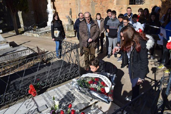 Ofrenda floral de otros años en el aniversario de la muerte del poeta