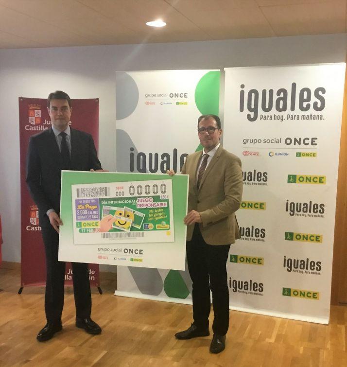 El consejero de presidencia, Ángel M. Ibáñez y el delegado territorial de la ONCE, Ismael Pérez