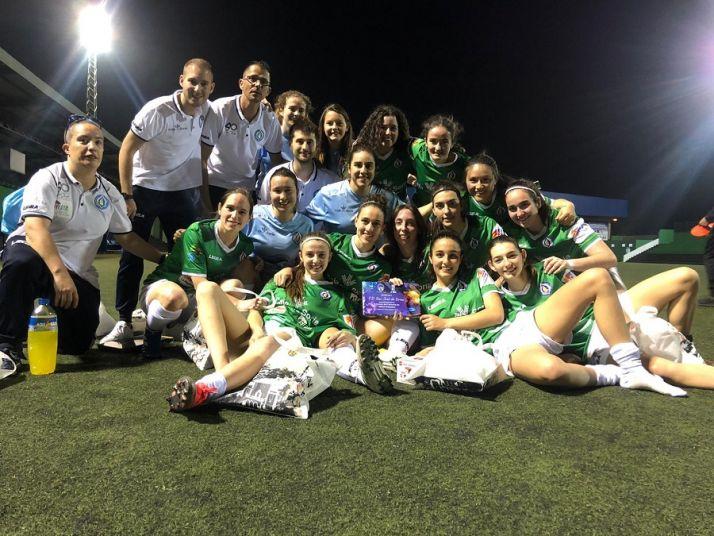 Foto 1 - Las chicas del San José levantan la copa del II Torneo de Carnaval del Paso