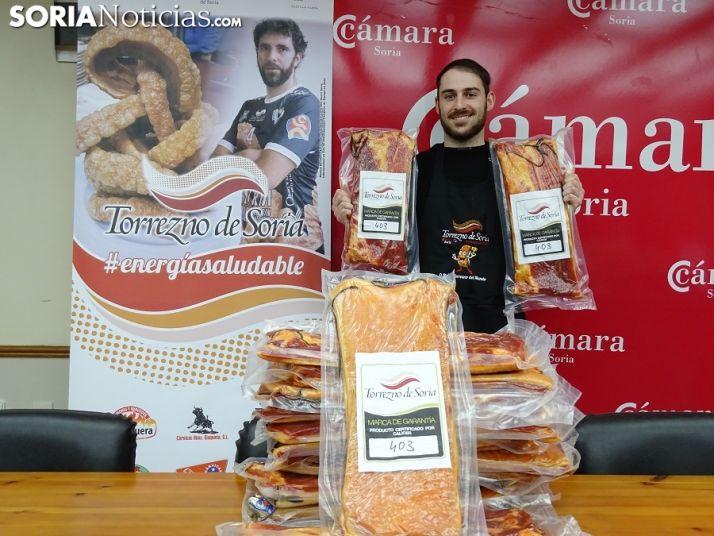 Adrián García, ganador del sorteo con el director de Soria Noticias, Sergio García y Juanjo Delgado, responsable de Torrezno de Soria