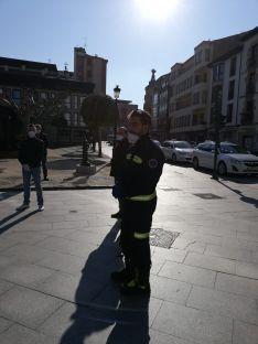 Foto 2 - Los bomberos colaboran con los taxistas para la desinfección de sus vehículos