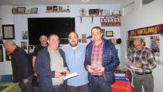 Foto 3 - Adolfo Marina y Ángel  Salvador ganan el guiñote de la Peña Barcelonista