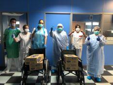 Personal de Urgencias con algunas de las cajas recibidas. /CDCS